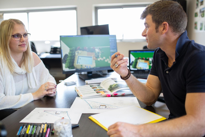 Photo d'un technico-commercial du paysage avec une cliente