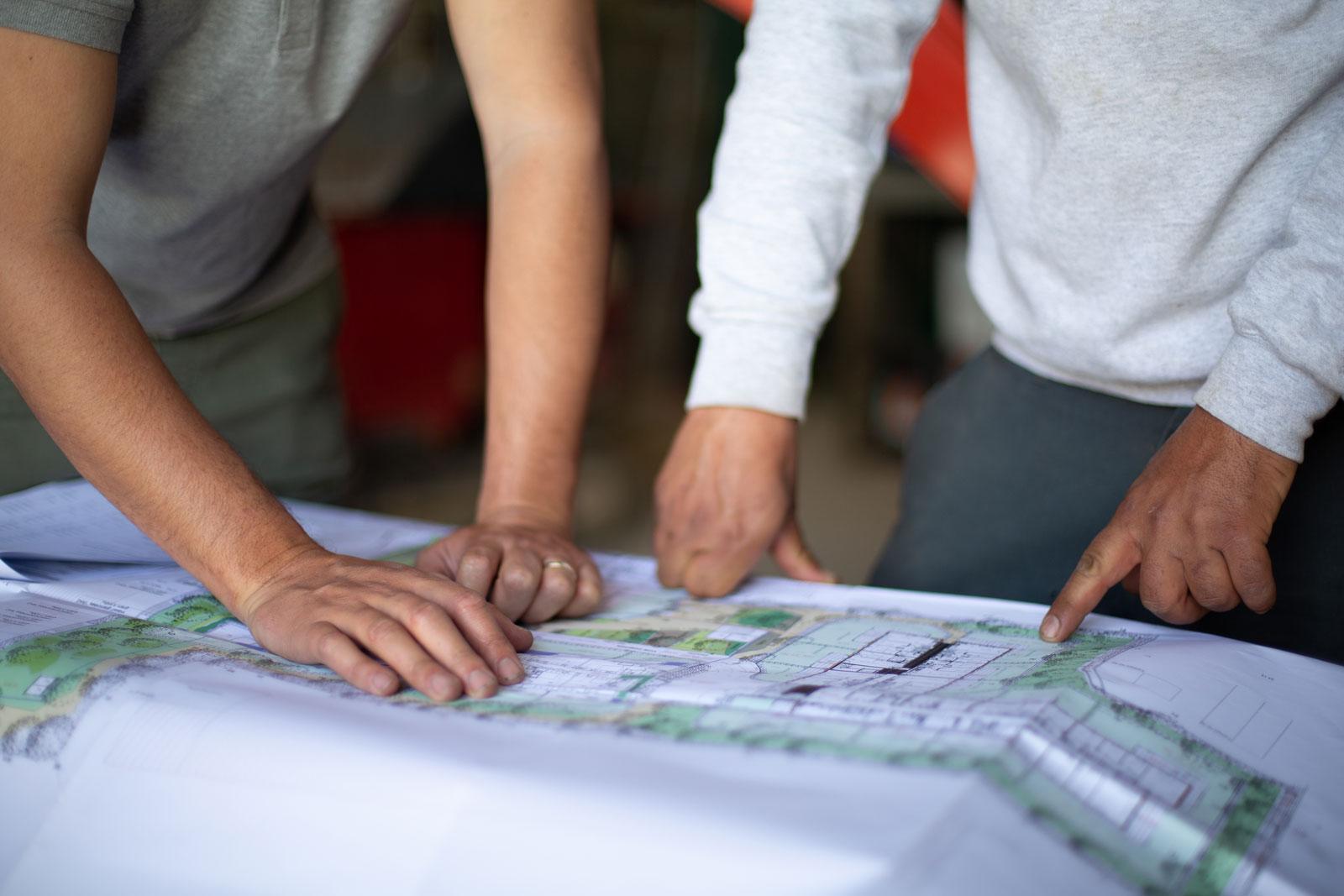 Photo de deux personnes travaillant sur un plan